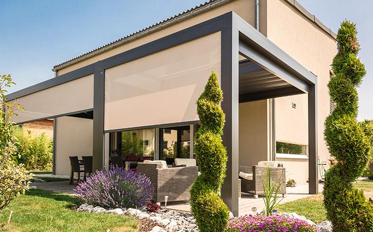 D'inspiration méditerranéenne, la pergola plissée MELANO évoque les vacances et permet de passer des heures de détente bien à l'abri de l'ombre rafraîchissante.
